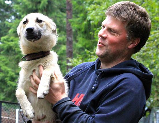 Per Olav og en av unghundene hjemme i kennelen. Foto: Anne Karang